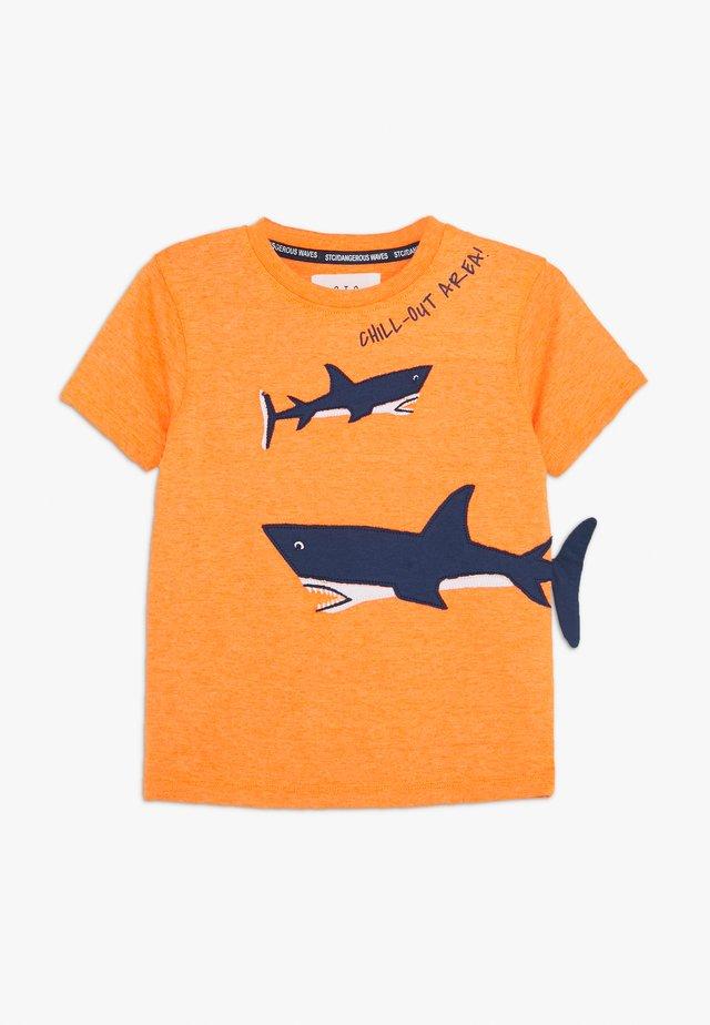 KID - T-shirts med print - neon fire