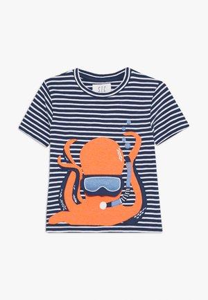 STREIFEN KID - Print T-shirt - tinte/neon fire