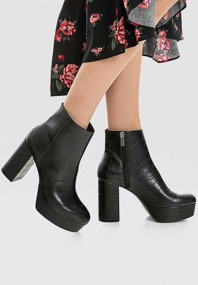 MIT ABSATZ UND PLATEAU - Højhælede støvletter - black
