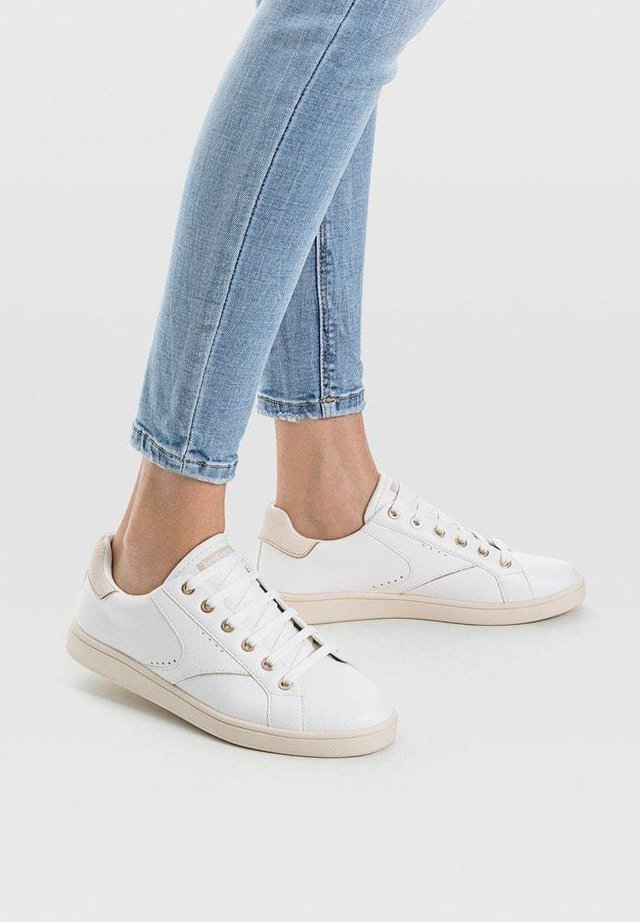 MIT ZIERELEMENT  - Sneakers - white