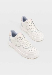 Stradivarius - MIT DETAILS  - Sneakers laag - off-white - 2