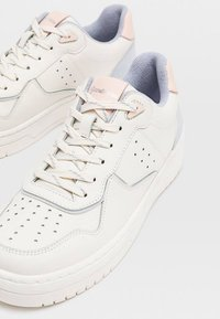 Stradivarius - MIT DETAILS  - Sneakers laag - off-white - 3