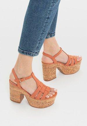 SANDALE MIT ABSATZ UND PLATEAU AUS KORK 19303570 - Korolliset sandaalit - orange