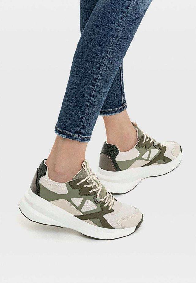 CHUNKY-SPORTSCHUH MIT MAXI-SOHLE UND VERSCHIEDENEN ELEMENTEN 190 - Sneakers - multi-coloured