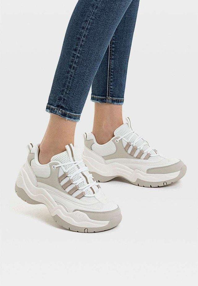 KOMBINIERTE SPORTSCHUHE MIT MAXI-SOHLE 19010570 - Sneakers - white