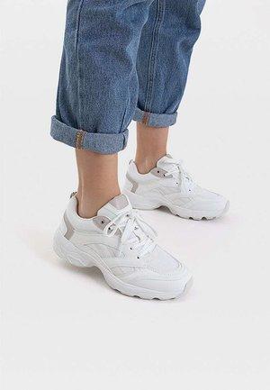 SPORTSCHUH MIT MAXI-SOHLE UND ELEMENTEN 19011570 - Sneakers laag - white
