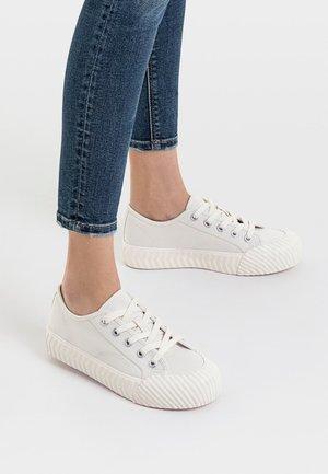 MIT AUSGEFALLENER SPITZE - Sneakers laag - white