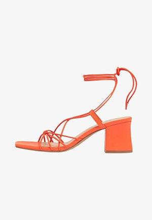 MIT FEINEN RIEMCHEN  - Sandals - orange