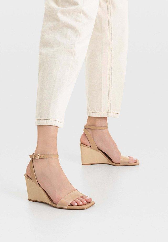 MIT KEILABSATZ  - Sandały na obcasie - beige