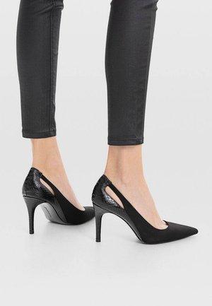 MIT ABSATZ UND SCHLITZEN  - High heels - black