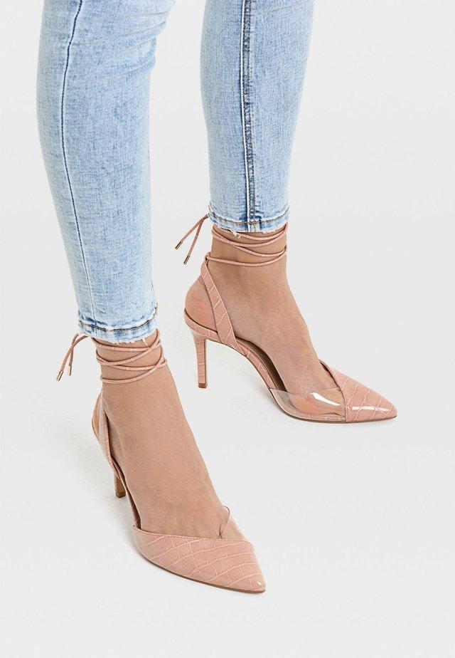 MIT RIEMCHEN UND VINYL-ELEMENTEN  - High heels - pink