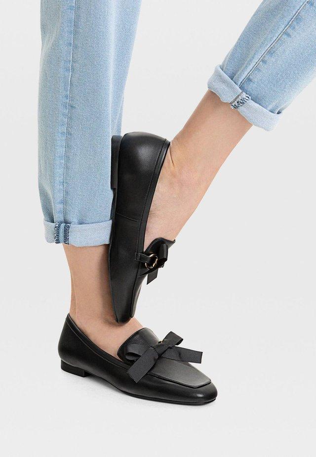 MIT SCHLEIFENARTIGER SCHNALLE - Slip-ins - black