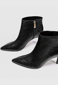 Stradivarius - MIT SCHMALEM ABSATZ UND ANIMALPRINT  - Classic ankle boots - black - 3