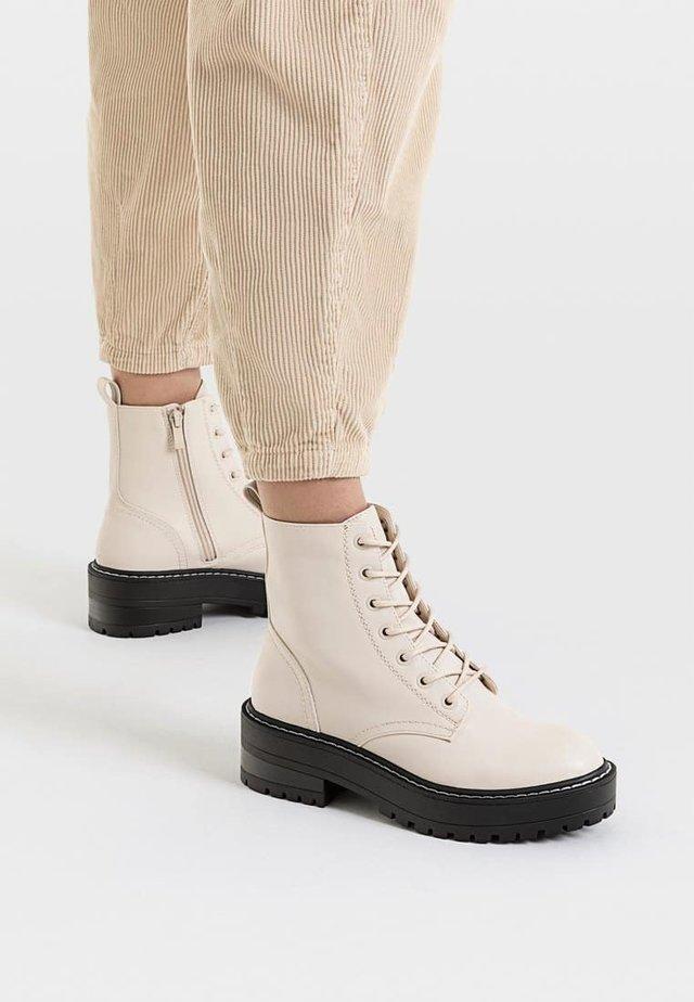 MIT DOPPELTEM SCHNÜRSENKEL - Platform ankle boots - beige