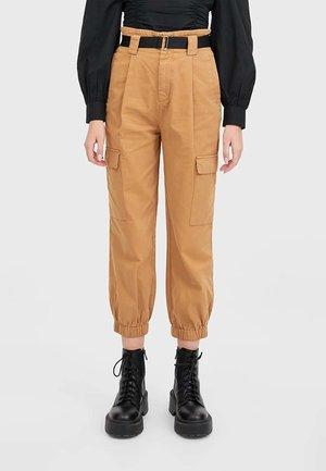 MIT GÜRTEL - Pantaloni - brown
