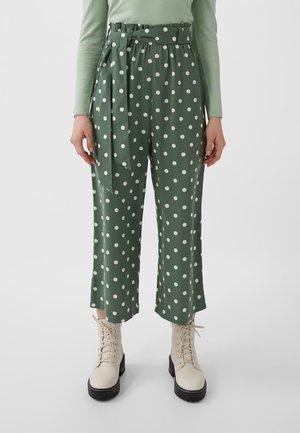 MIT BINDEGÜRTEL - Trousers - green