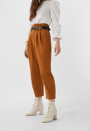 BALLOON-PAPERBAG - Pantalon classique - brown
