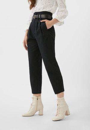 BALLOON-PAPERBAG - Pantalon classique - black