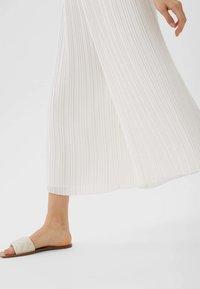 Stradivarius - PLISSIERTE CULOTTE - Trousers - white - 3
