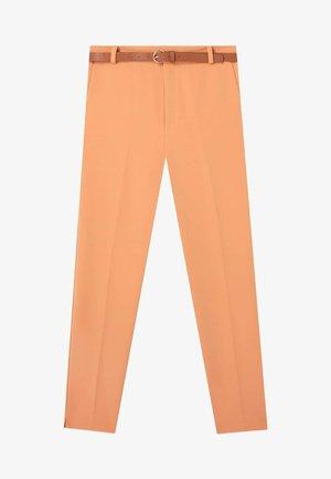 MIT GÜRTEL - Pantalon classique - orange