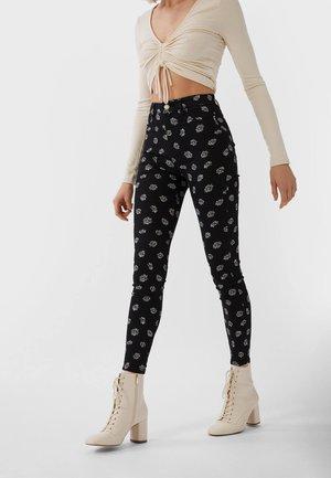 MIT SUPERHOHEM BUND - Trousers - black
