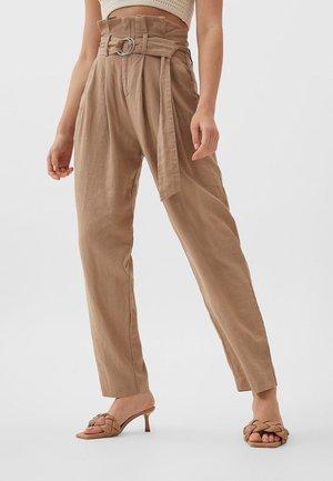 MIT GÜRTEL - Spodnie materiałowe - brown