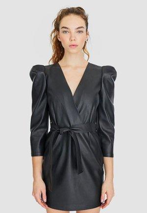 KURZES KLEID MIT GEDREHTEM OBERTEIL 02252421 - Robe d'été - black