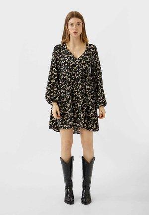 MIT KNÖPFEN UND BLUMENPRINT  - Robe chemise - black