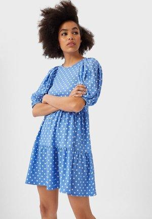 STRICK-KLEID MIT PUFFÄRMELN 07184127 - Denní šaty - blue