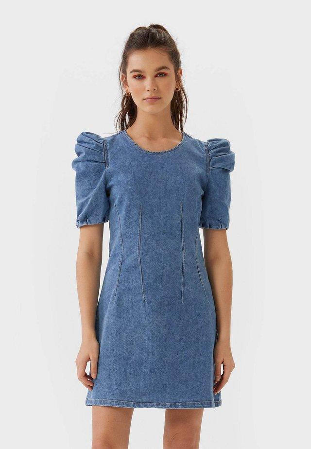 MIT PUFFÄRMELN  - Sukienka jeansowa - blue