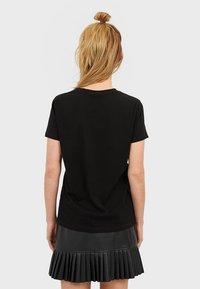 Stradivarius - T-SHIRT MIT PRINT 02593560 - T-shirts print - black - 2