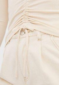 Stradivarius - T-SHIRT MIT V-AUSSCHNITT 02603688 - Long sleeved top - white - 3
