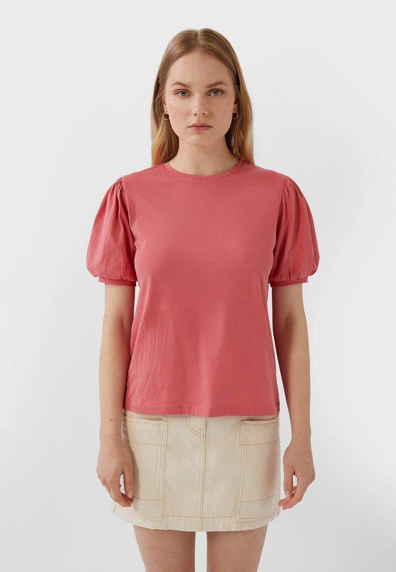 Stradivarius - MIT KURZEN BALLONÄRMELN  - T-shirt imprimé - pink