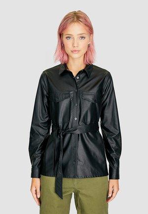 MIT GÜRTEL - Button-down blouse - black