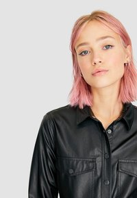 Stradivarius - MIT GÜRTEL - Button-down blouse - black - 3