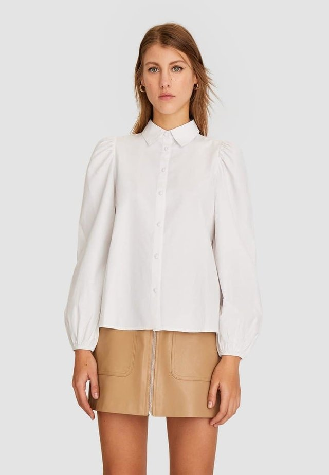 MIT PUFFÄRMELN - Skjortebluser - white
