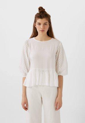 MIT SCHWEIZER STICKEREI AM ÄRMEL  - Bluse - white