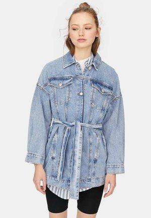 MIT GÜRTEL - Giacca di jeans - blue denim