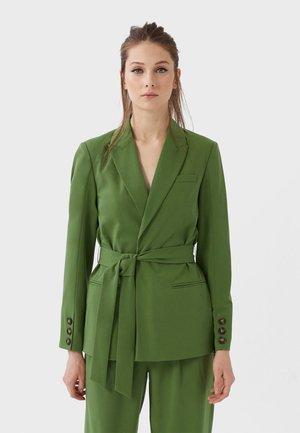 MIT GÜRTEL - Blazer - green