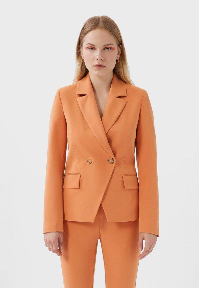 MIT DOPPELTER KNOPFLEISTE - Blazer - orange