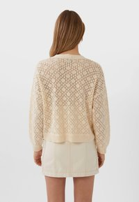Stradivarius - MIT LOCKEREM STRICKMUSTER  - Cardigan - white