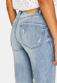 Stradivarius - MIT HOHEM BUND UND RISSEN - Jeans Skinny Fit - blue denim - 3