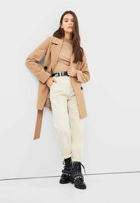 Stradivarius - JEANS IM SLOUCHY-FIT 04883716 - Jeans Relaxed Fit - beige - 1