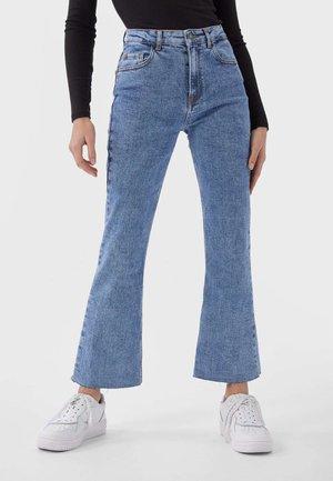 MIT HOHEM BUND - Flared Jeans - blue