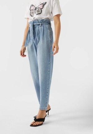MIT GÜRTEL - Straight leg jeans - blue