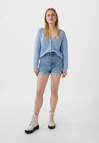 Stradivarius - MOM-FIT - Short en jean - blue denim - 1