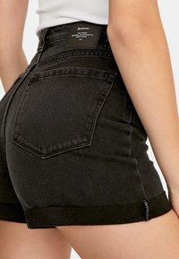Stradivarius - MOM-FIT - Denim shorts - black denim - 3