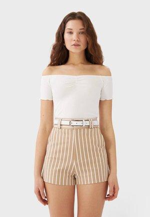 MIT PRINT UND GÜRTEL - Shorts - beige