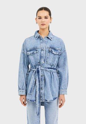 JEANS-HEMDJACKE MIT GÜRTEL 01795730 - Giacca di jeans - blue