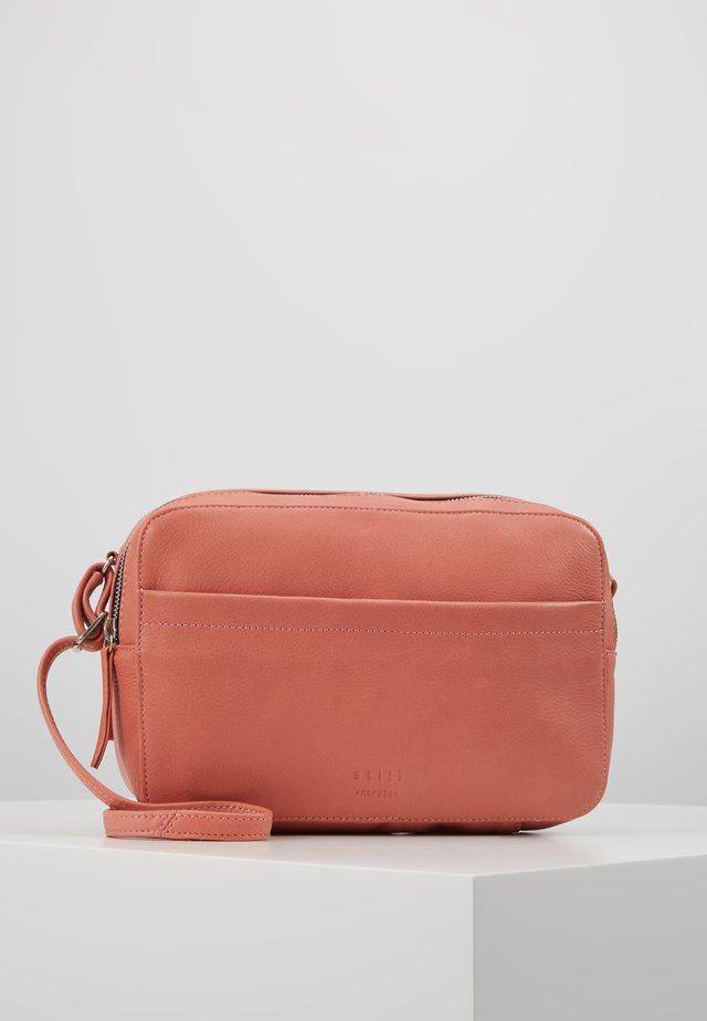 ANOUK DOUBLE ZIP CROSSBODY - Olkalaukku - burn
